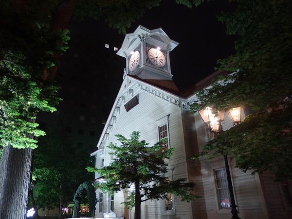 時計台がライトアップされていて、思わず写真を撮りたくなる美しさ。