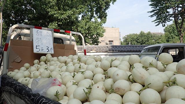 野菜や果物はとにかく安くて豊富。スイカ、メロン、マンゴー、サクランボ、思いつく果物ならなんでもある。しかも安い。