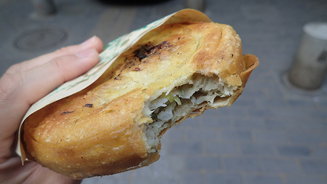 揚げパンと思って買ってみたら味は餃子だった食べ物。舌が痺れるくらい八角が効いていてむちゃくちゃ美味しい。