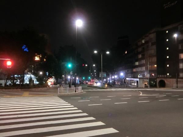 深夜の原宿。車も人はちらほらと通る。