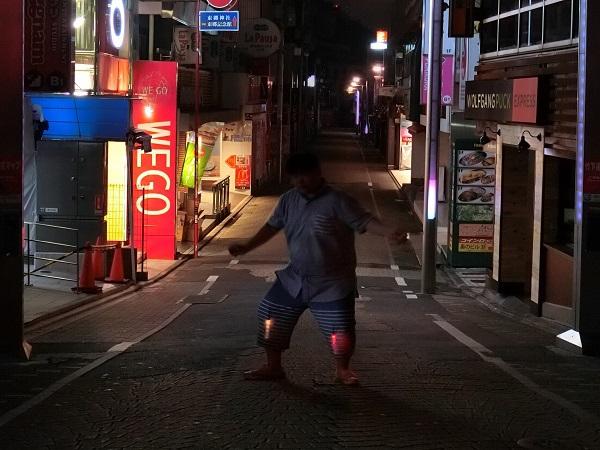 竹下通りでひざ周辺を光らせる。