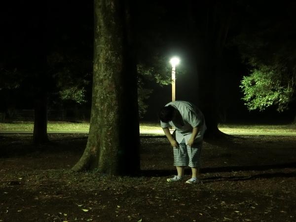 セルフタイマーで撮影しようとしたらペンライトが光らなくなり焦っているときに、シャッターが切られた。息がきれて休んでいる写真にも見える。