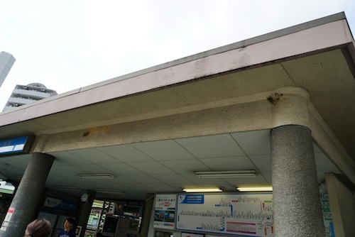 後日行ってみた代々木八幡駅。庇の下に古巣が見える。これから来るかも。
