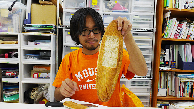 説明するまでもないけど、フランスパンをくり抜いて作りました!