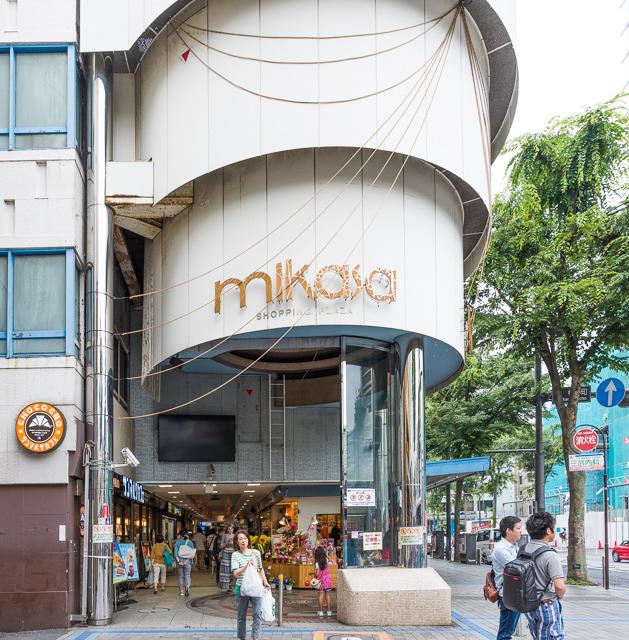 横須賀中央駅から向かうと、こういうシリンダー状の構造物がおでむかえ。