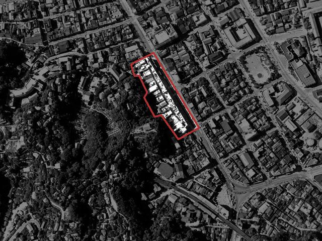 三笠ビル完成4年後、1963年の様子。ゆるくカーブした商店街のレイアウトをそのまま継承している点にぐっとくる。道が残っているように見えるが、これは2階部分の謎の通路(後述)。(国土地理院「地図・空中写真閲覧サービス」より・整理番号・MKT637/コース番号・C19/写真番号・11/撮影年月日・1963/06/23(昭38)にトリミング、加筆)