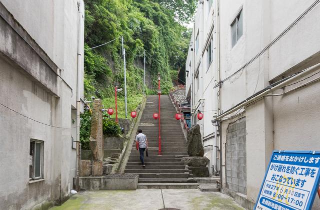 そこを抜けると急に急な階段が。なにこの急展開。