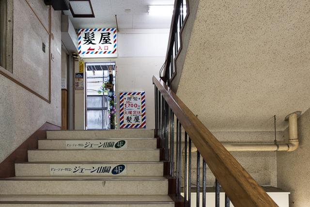 2階に散髪屋さんがあって、そこへいたる階段をのぼると「アーケード」部分の上に通じる開口部が……!