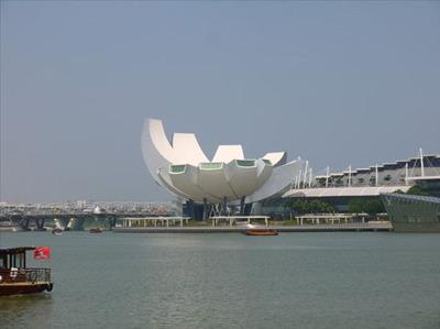 これは「アート・サイエンス・ミュージアム」。これも近未来的だが、その前にバナナだ、漂白したバナナだ。