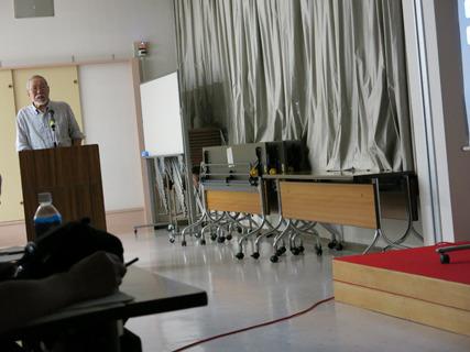 先生の写真も斜めになってしまった。