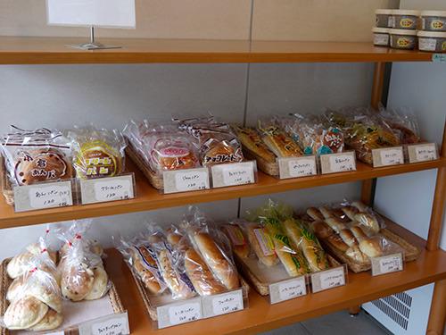 お店で作られたパンが、袋入りで売られてる