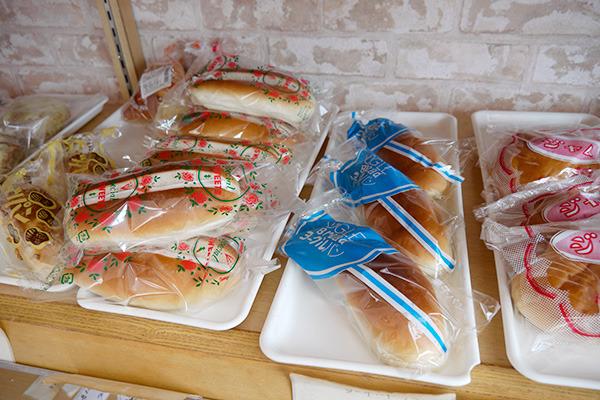 ヨーグルトパンと、左のバラのパッケージはバタークリームだった