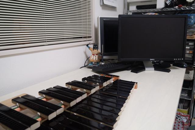 大好きなパソコンをどかしてまで木琴をおいた