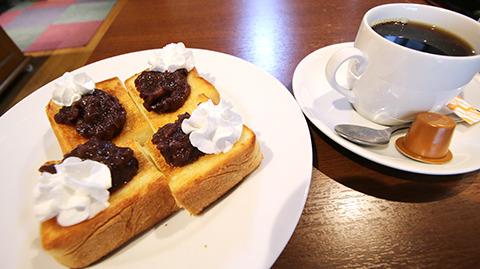 話をうかがいながら、小倉トースト(美味そうだったから)をいただいてます。