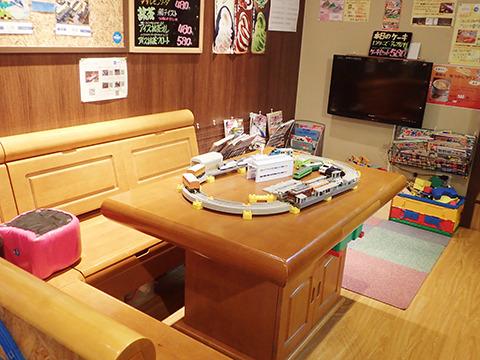 プラレールで遊べるシート。奥にはプラレールを組めるスペースも。