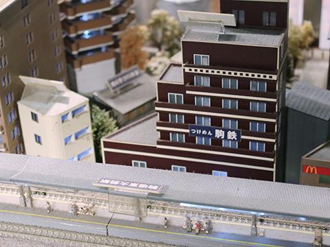 駒場東大前駅のホーム越しに今まさにいる駒鉄さんが見える。
