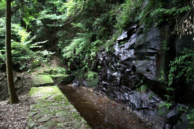 岩肌を水が流れ落ちる、禊場の先にあったのは――