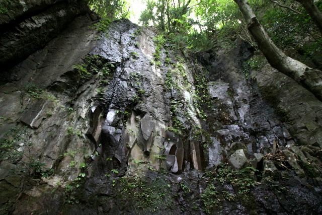 巨大な石の壁がそそり立つ