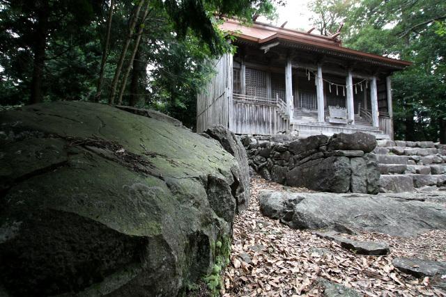 ようやくたどり着いた山頂の上宮には、巨大な岩がゴロゴロしていた