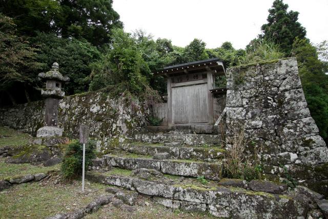 ここも石垣は立派で、まるで城郭のよう