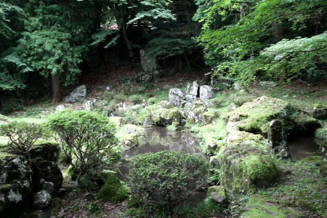 水墨画家の雪舟が築いたとされる庭園まである。由緒の塊のような山だ