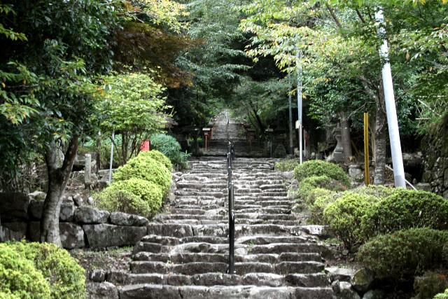 徐々に急になる石段を登って行くと――