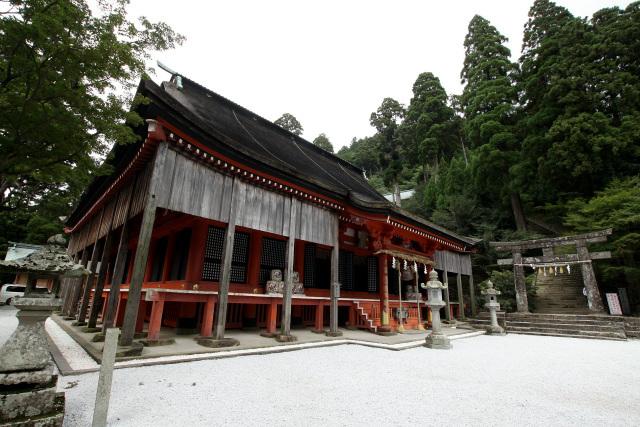 巨大で立派な英彦山神宮の奉幣殿が待ち構えていた