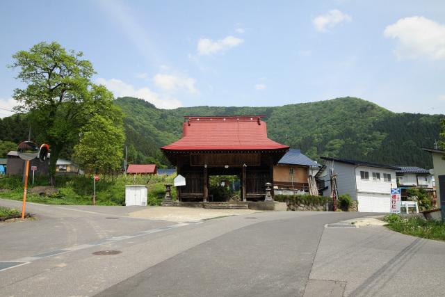 山の中腹に位置する小菅集落は、かつてはその全体が元隆寺という寺院の境内であった