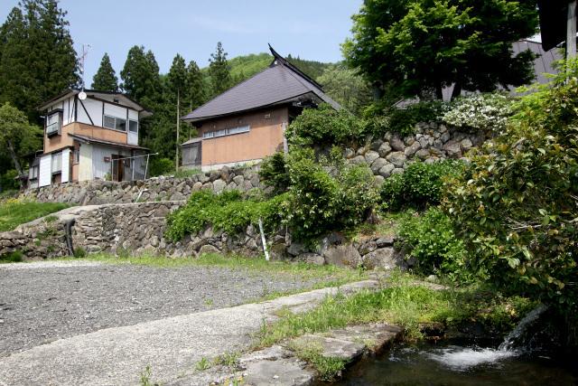 参道沿いに雛壇状の石垣が築かれ、家屋が建ち並んでいる