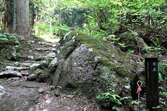 参道のあちらこちらに巨石があり、名前が付けられていた