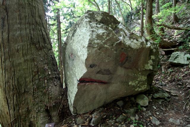 これはカエル岩だそうだが……ちょっと怖い