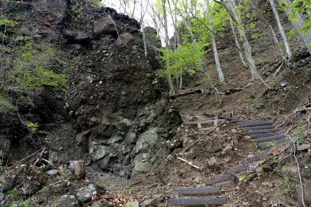 ゴツゴツとした岩の上へと登っていく
