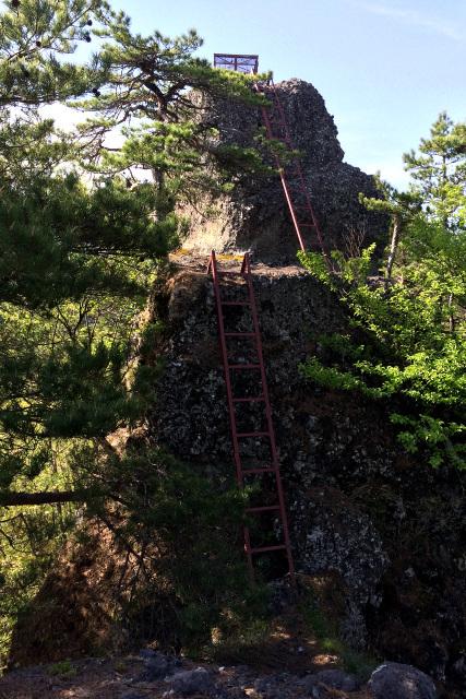 最後は二段のハシゴで岩の頂へ