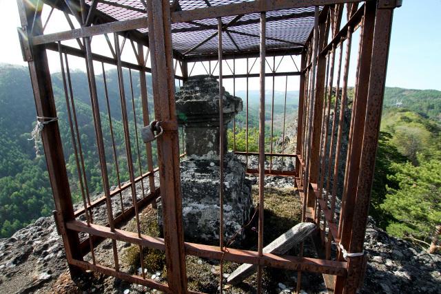岩の頂上は二畳分くらいのスペースしかなく、周囲は360度の断崖絶壁