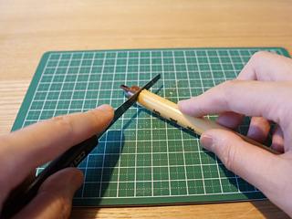 やにわに筆を切断す。