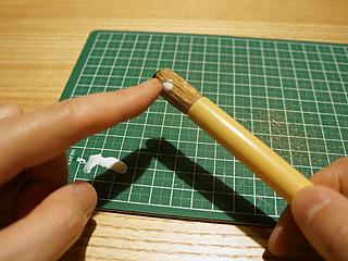 広がらないよう、スタイリング剤(木工用ボンド)で固める。