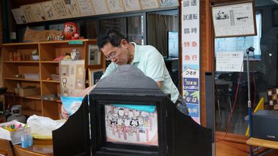 手作りの紙芝居を披露する鈴木さん。絵が上手。