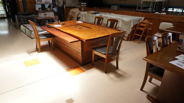 店内のテーブルも枕木で出来ている
