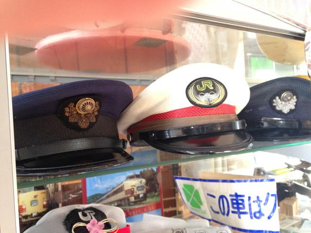 左は駅長の制帽、右の2つがあずさ号の運転士の制帽