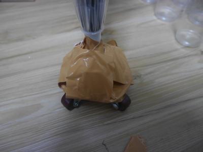 気合と精神力で傘の先にキャスターを取り付けます