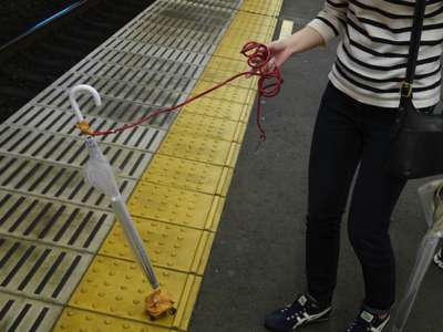 初の電車にはしゃぐ傘