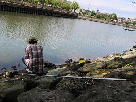長靴釣り人にできるのは、ただ待つのみ。