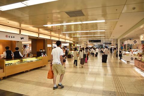 第1旅客ターミナル2階には広いショッピングフロアもあって、ここにはデパ地下みたいに色んなお店が集まっている