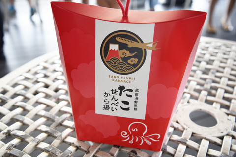 第3位「越前海鮮煎餅」(福井)。北陸の新鮮な海鮮をそのまませんべいにした、贅沢な一品。イイダコを丸ごと焼いて揚げた「たこから揚げせんべい」は一番人気
