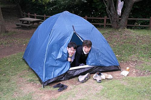 同じ穴のムジナを体現すべく、一つのテントに共生する伊藤さんと私。