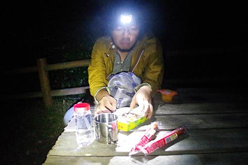 子供をテントに寝かせて、キノコの山を食べながらアナグマの襲来を待つ三土さん。