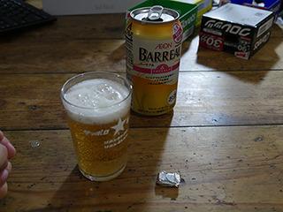 深夜に起き出して作業をし、終わりにビールを飲んでみた。ガムを噛めば安ビールでもうまいと言ってる人がいたのだ