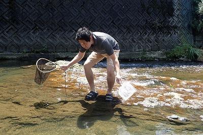 網の二刀流で挑む。この後苦戦を強いられ、ズボンの裾を濡らすまで入水することに。