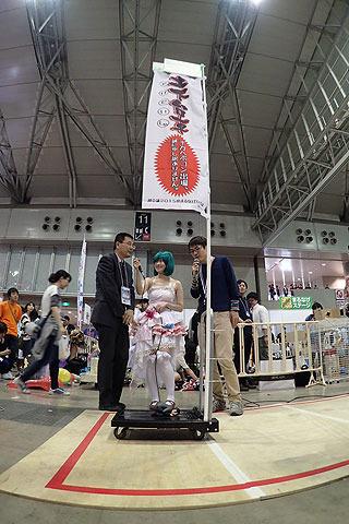 「申し訳ございません」というノボリもついており、実は出場ロボット中2番目に巨大なロボである