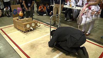 ゆっくりと攻める土下台座、そして電脳王はまたも混線のせいか身動きがとれず